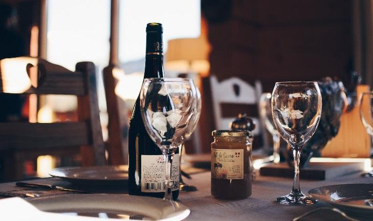 Rotwein - Flasche und Gläser