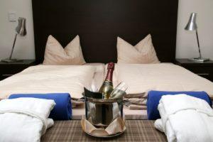 Betten und Sekt