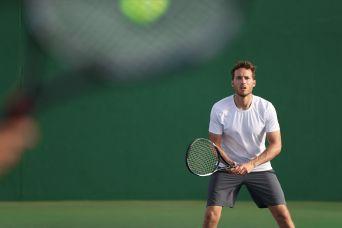 Tennisspieler wartet auf Ball