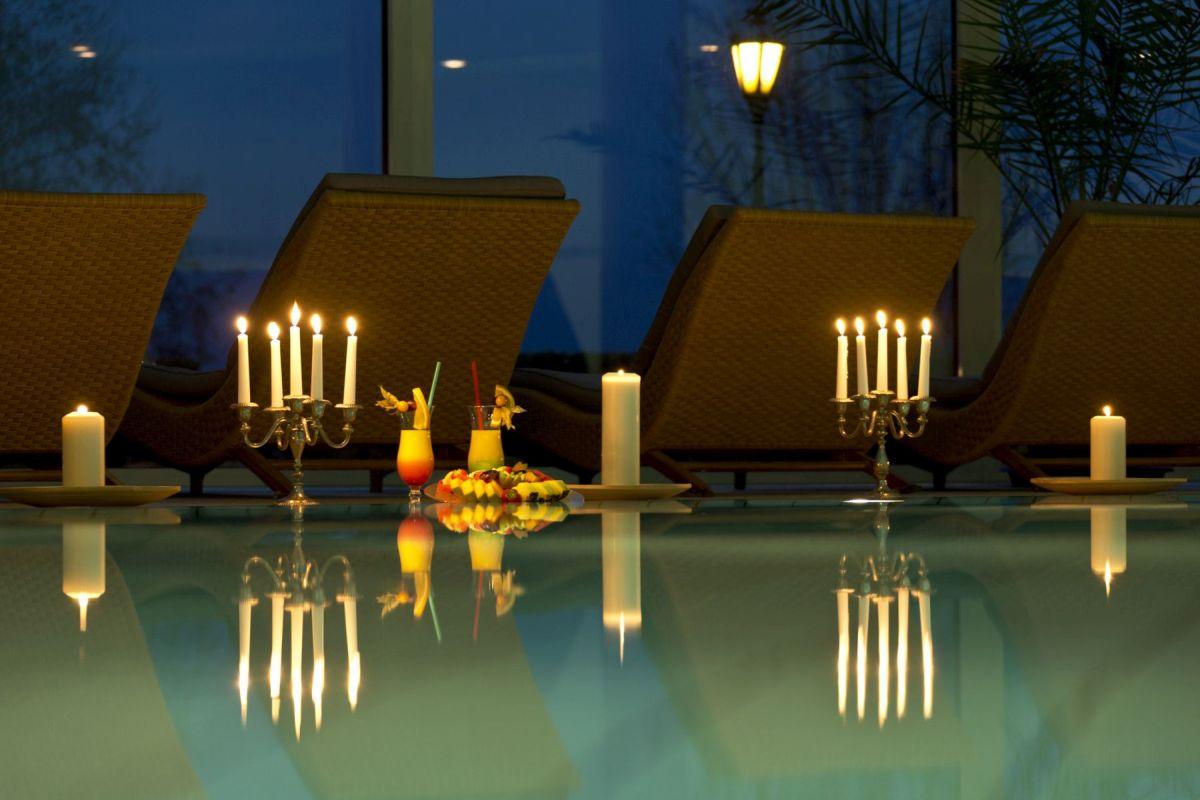 Pool mit Kerzenschein