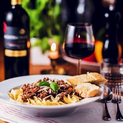 Gericht und Rotwein